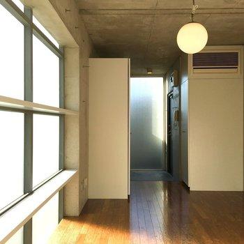 6畳なのでコンパクト。※写真は2階の同間取りの別部屋です。