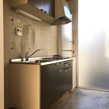 収納も多いキッチン。手前に冷蔵庫ですね。※写真は2階の同間取りの別部屋です。