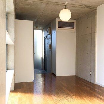照明がお洒落ですね〜。※写真は2階の同間取りの別部屋です。