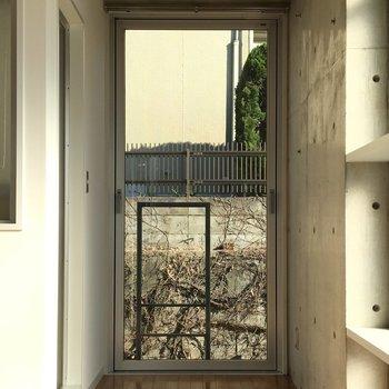 他は曇りガラスなのでこの窓が外との接点に。※写真は2階の同間取りの別部屋です。