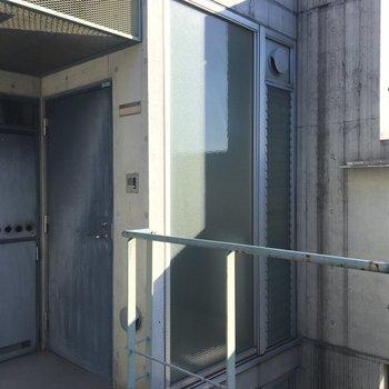 玄関は重圧感あるグレーの扉。
