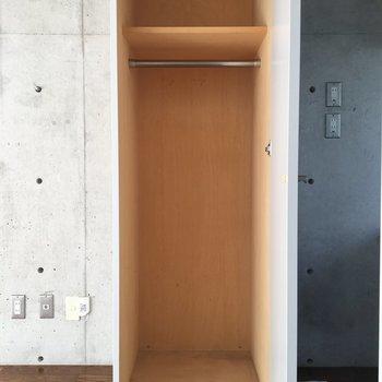 玄関をあがるとすぐに収納箱。※写真は2階の同間取りの別部屋です。