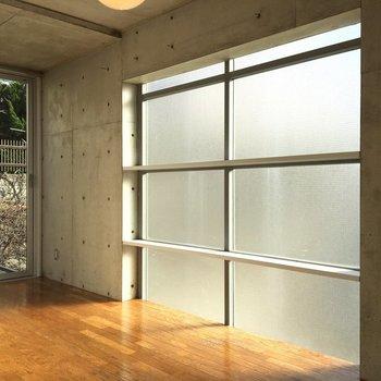 日当たりもよし!棚だってあります。※写真は2階の同間取りの別部屋です。