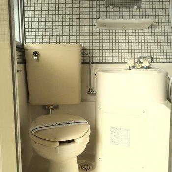 トイレと洗面台はこちら。※写真は2階の同間取りの別部屋です。