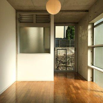 お洒落なコンクリート壁!※写真は2階の同間取りの別部屋です。