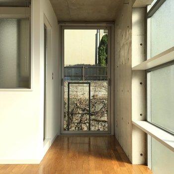 左には3点ユニット。右のスペースはどう使いましょう?※写真は2階の同間取りの別部屋です。