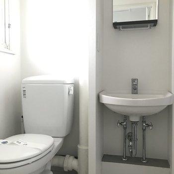 水回りはコンパクトにまとまっています。トイレはウォシュレットなしなんです。