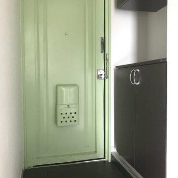 玄関にはシューズボックスもしっかり完備。上の収納も重宝しますね。