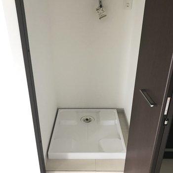 洗濯パンはキッチン横に。扉付きで隠せるのでご安心を◎