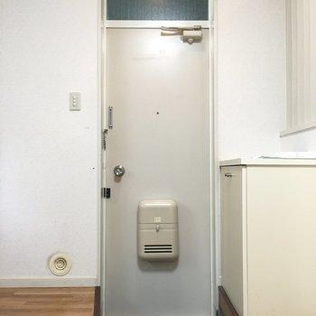 こちらが玄関。靴箱もありますよ!