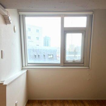 斜め窓のこのくぼみがお気に入りスペース。