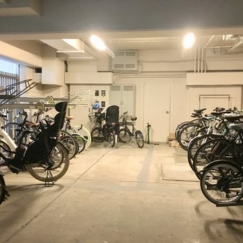大切な自転車もきれいに保管できる大きな室内駐輪場!