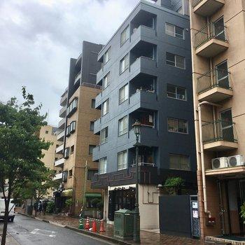 広尾駅から徒歩5分、おしゃれな散歩通り沿いに建ってます!