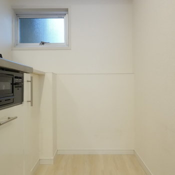 冷蔵庫も置けますし、お料理もゆとりもってできますね。窓あるのもうれしい!