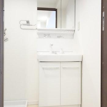 脱衣所に、独立洗面台です。