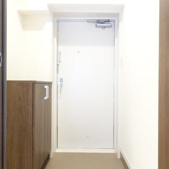 玄関です。ダイニングとは一枚扉ありますよ。