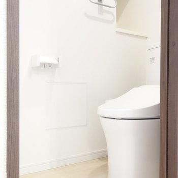 トイレは個室です。ウォシュレットもついてますね。