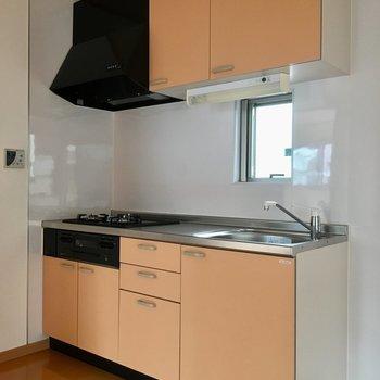 小窓もあって爽やかなキッチン。