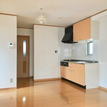 キッチンの左、奥まった所がサニタリーとトイレ。