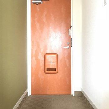 玄関!靴箱は手前にあります