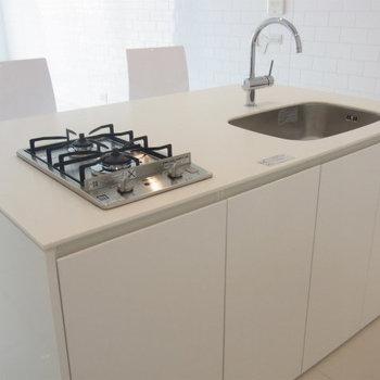 キッチンはミニマムに。すっきりシンプル。※写真は6階の同間取り別部屋です。