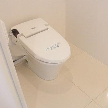 ウォシュレットのタンクレストイレ。※写真は6階の同間取り別部屋です。