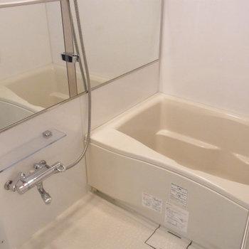 お風呂がけっこう広いです。※写真は6階の同間取り別部屋です。
