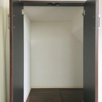 階段下を利用した大きな収納。季節家電をしまいたいですね。