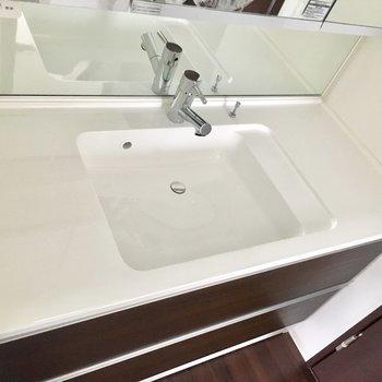 一面鏡でとても広く収納もたっぷりの洗面台です!