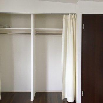 クローゼットの扉は白いカーテン。
