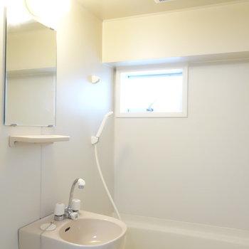 続いて、浴室。ここにも窓ありますね!