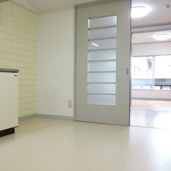 横に冷蔵庫を置くスペースちゃんとあります。