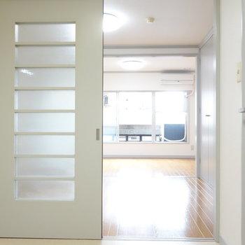 キッチン側からお部屋を。仕切り戸は外して使うのもアリですね。