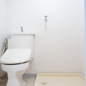 脱衣所にトイレと室内洗濯機置場。