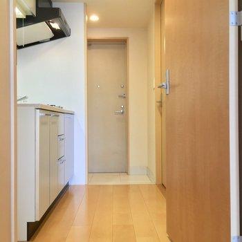 居室から扉を開けて、廊下へ進みましょう