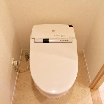トイレはタンクレスでスタイリッシュに