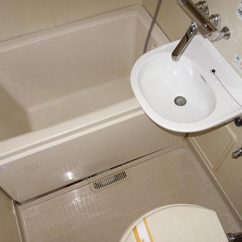 お風呂はユニットタイプ。 ※フラッシュ撮影です