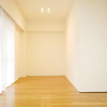洋室はベッドを配置しても余裕の広さ