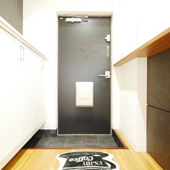 玄関扉はシックなブラック