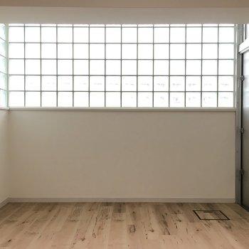 右側の扉からバルコニーへ出れます※写真は同じ間取り5階の別部屋です