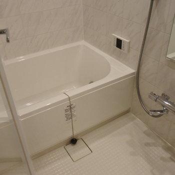 お風呂は贅沢に追い焚きと乾燥機をつけました。※写真は別室です。