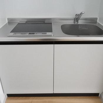 キッチンはシンプルにIHコンロ。お掃除もらくらく〜!※写真は別室です。
