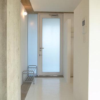 フラットな玄関ですね※写真は4階別部屋似た間取り。