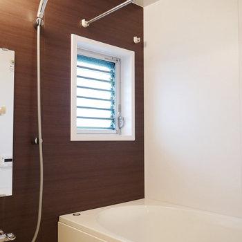 窓ありの明るい浴室