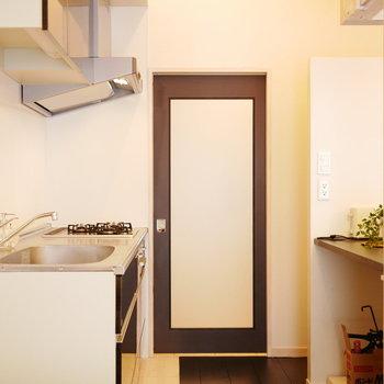 キッチンと玄関からの扉