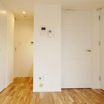 左奥はキッチンと脱衣室