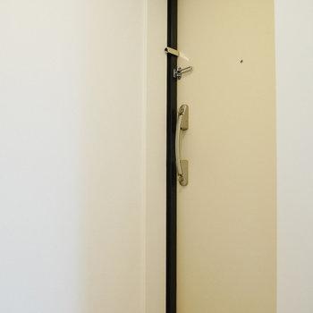 シューズボックスは扉の向いにあります