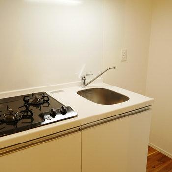 キッチンは板と扉がホワイトでかわいらしい。