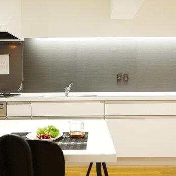 食卓から見るキッチンがダイナミック
