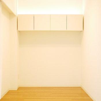 洋室は上部に収納あり。間接照明が眠りを誘いそう